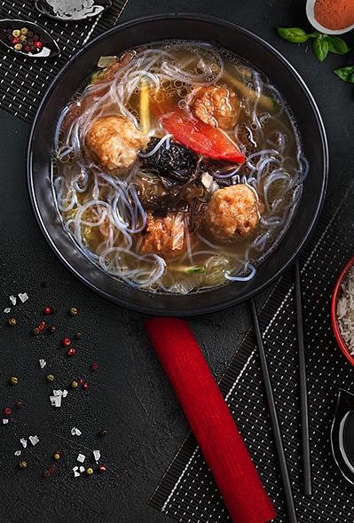 Домашний китайский суп с рисовой лапшой и фрикадельками