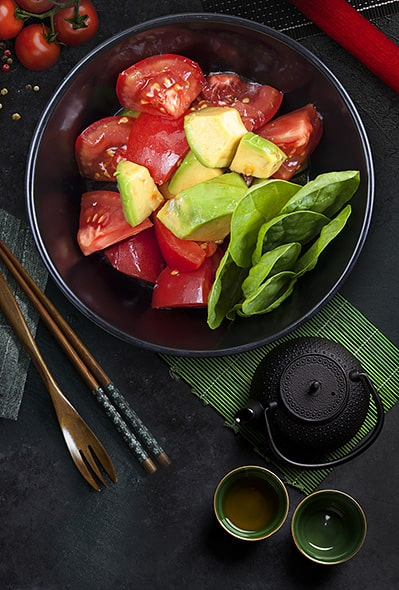 Салат авокадо і помідорами